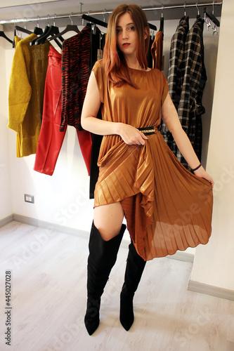 Photo giovane donna con vestito elegante