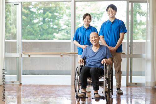 高齢者と男女の介護士 Fototapeta