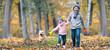 Leinwandbild Motiv lachende Kinder im Herbst im Wald