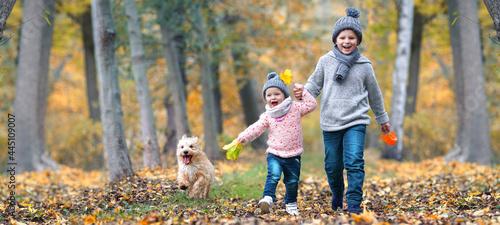 Canvastavla lachende Kinder im Herbst im Wald