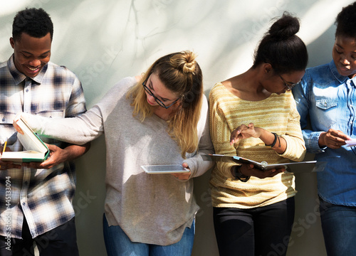 Foto Group of college students studying for examination