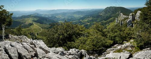 Fotografering Montañas en la verde primavera