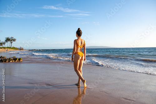 Canvas Woman walking on sea shore nature