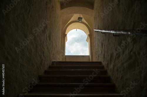 Cuadros en Lienzo Kamienny korytarz okno z widokiem na niebo