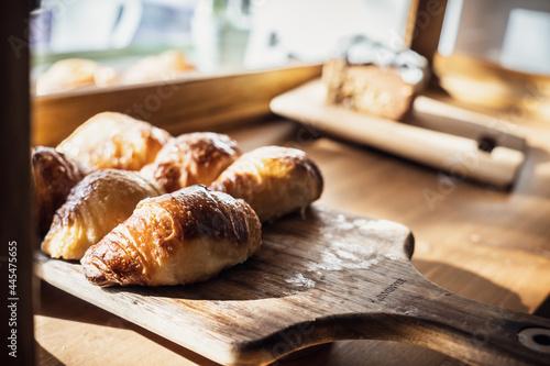 Closeup shot of fresh croissants on a chopping board Fototapet