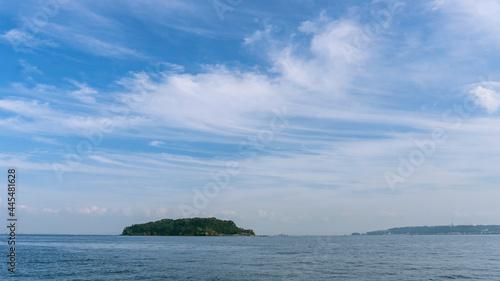 Foto 広い空の下に島(猿島)がある海/神奈川県横須賀市