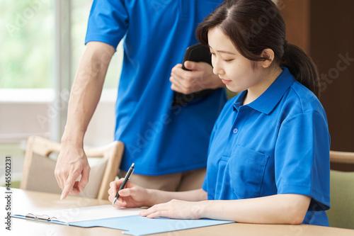 Obraz na plátně 研修を受ける新人介護士