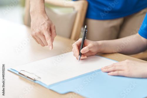 Fototapeta 研修を受ける新人介護士