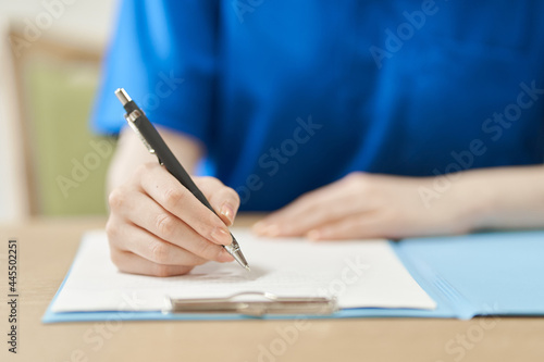 Canvas Print 書類に記入する介護士の手元