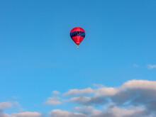 Ballon Montgolfière Rouge En Vol