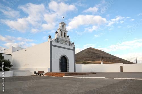 Billede på lærred Plaza e iglesia de la Candelaria en el pueblo de Tías de la isla de Lanzarote en
