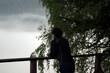 Postać sylwetka kobiety opartej o balustradę na tarasie widokowym
