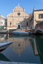 Venezia. Chiesa Di Santa Maria Del Carmelo O Dei Carmini Con Ponte Sul Canale E Barche