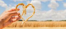 Herz Aus Ähren Vor Einem Getreidefeld