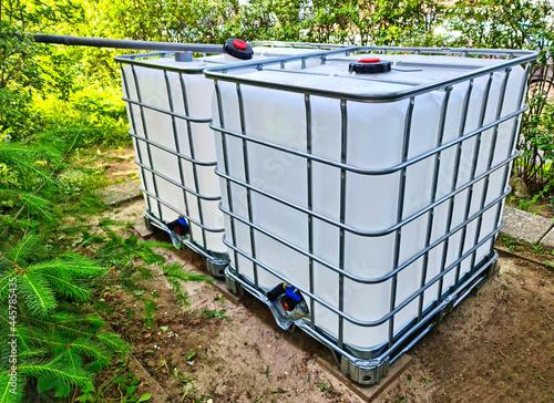 Foto Regenwasser kann man gut mit IBC Wassertanks im Garten sammeln