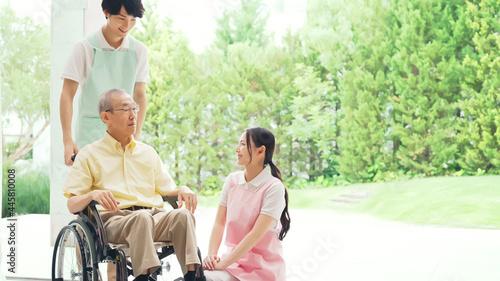 Fotografie, Obraz 車いすに乗ったお年寄りと介護ヘルパー