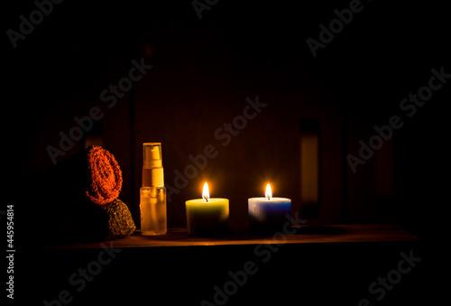 Valokuva velas encendidas y aceite para masajes y terapia
