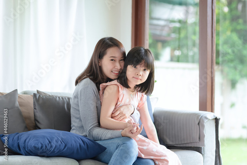 Asian mother feel hapiness during hug her cute daughter with love and care at ho Fototapet
