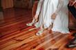 Kobieta zakłada buty w dniu ślubu