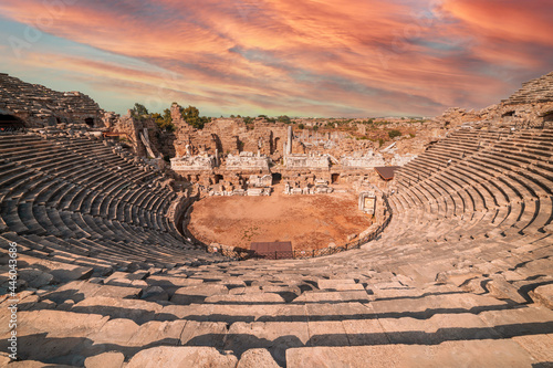 Foto Ancient ruins and amphitheatre in Side Antalya, Turkey.