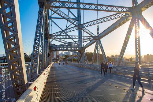 Obraz na plátne passeio pela ponte ao pôr do sol da Ilha de Florianópolis, Ponte Hercílio Luz, S