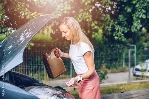 Obraz na plátně Car inspection in preparation for departure