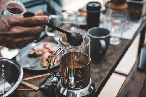 Photo Closeup shot of a barista preparing gourmet coffee in a french press