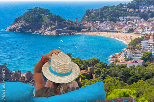 Murais de parede femme contemplant La baie de Tossa de Mar, Costa Brava, Espagne