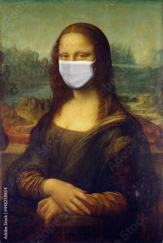 Fotografía Mona Lisa Painting by Leonardo da Vinci With Corona Mask.