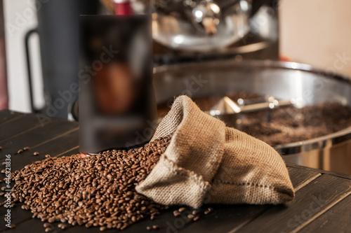 Murais de parede Cropped shot of barista using a coffee maker to prepare a cup of coffee