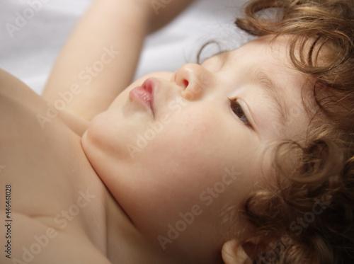 Fotografija Niño pequeño o bebé de 21 meses de edad acostado.