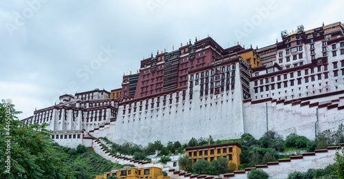 Tela LHASA, TIBET - AUGUST 17, 2018: Magnificent Potala Palace in Lhasa, home of the Dalai Lama before the Chinese invasion and Unesco World Heritage Site