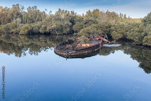 Foto Sunken sand barge in Malabar Creek, Moruya River, NSW, July 2021