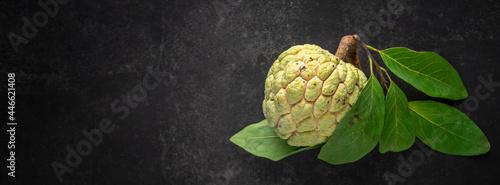 Valokuva custard apple, sweep-sop, sugar apple, Annona squamosa on dark tone texture back