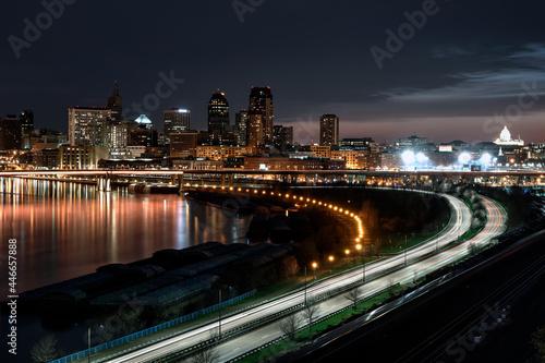 Fotomural St. Paul, Minnesota night skyline along the Mississippi River