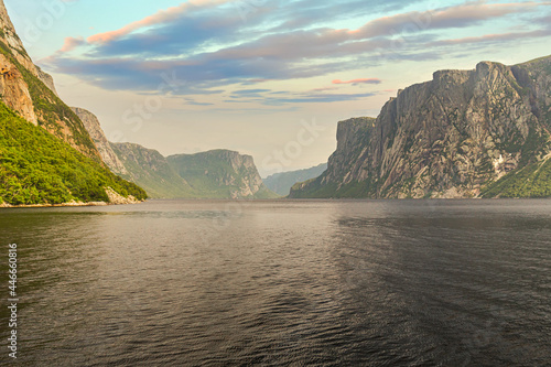 Foto Admiring the beautiful view from the tour boat at the fjords of the Western broo