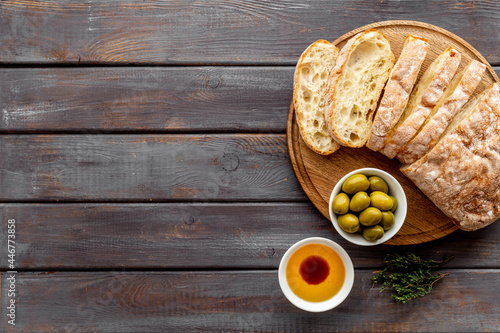 Foto Olive oil on slice of bread with olives. Italian food appetizer