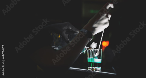 Photo woman bartender hand making collection of colorful shots
