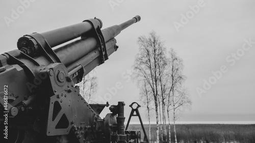 Foto Artillery cannon monument. ancient howitzer