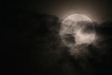 Luna Llena Con Nubes. Paisaje Lunar. Fases Lunares. Nubes.
