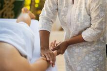 Massagista Fazendo Alongamento E Massagem Nas Mãos Da Cliente