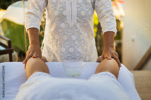Fototapeta Profissional de massagem fazendo procedimentos de relaxamento em cliente