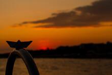 Das Papier Schiff Schaut Dem Sonnenuntergang Zu