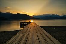 桟橋のある湖の夕方の風景