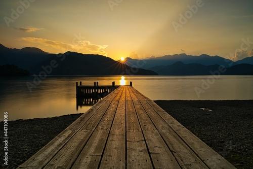 Murais de parede 桟橋のある湖の夕方の風景