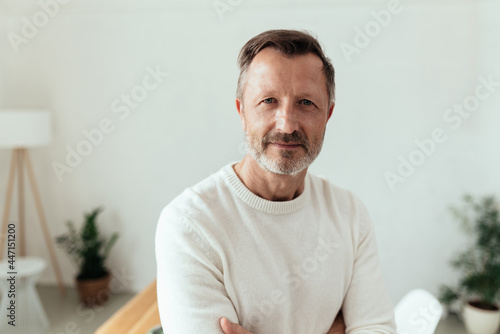 Tela Middle-aged bearded man staring intently at the camera
