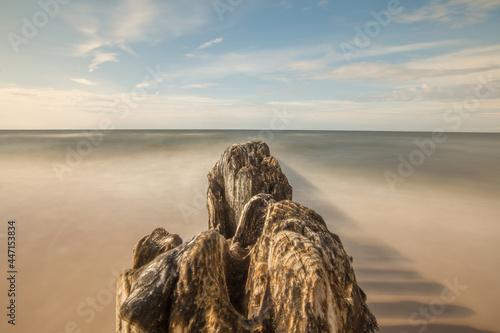 falochron, morze, Bałtyk, Gąski, fale, rozmyte, plaża, wczasy, wypoczynek, niebieski, błękit, niebo