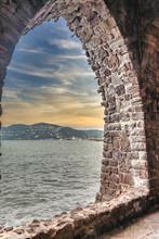 Arche En Pierres Ouvrant Sur La Mer Avec Un Ciel De Soleil Couchant