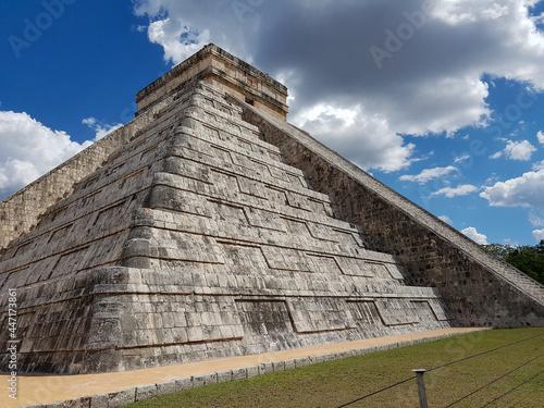Fotomural Pirâmide da civilização maia bem preservada na província de Yucatán