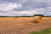 Ein Feld Mit Strohballen Nach Der Ernte Auf Einem Stoppelacker